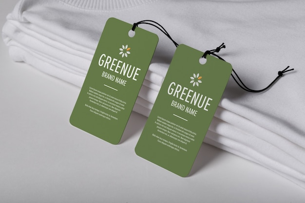Maquete de etiquetas de etiquetas ao lado de uma pilha de roupas