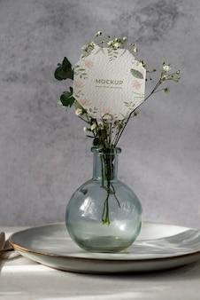 Maquete de exibição de mesa com cartão de papel floral