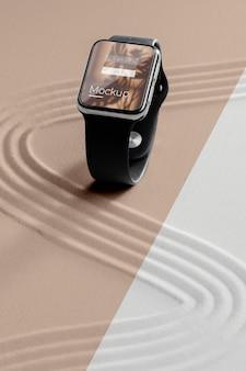 Maquete de exibição de smartwatch na areia