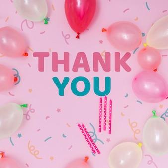 Maquete de feliz aniversário com balões e mensagem de agradecimento