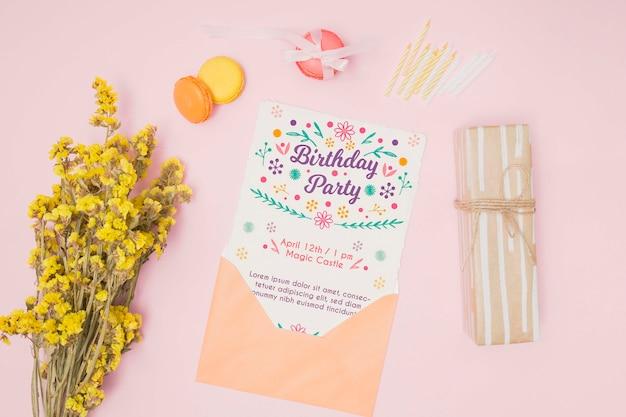 Maquete de feliz aniversário com carta no envelope