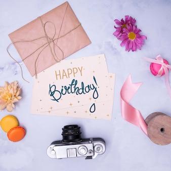 Maquete de feliz aniversário com envelope e câmera retro