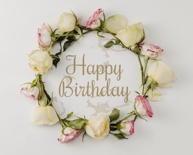 Maquete de feliz aniversário e coroa de flores