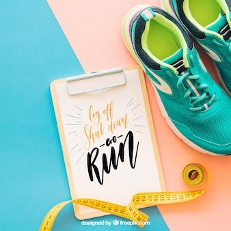 Maquete de fitness com prancheta ao lado de sapatos