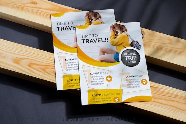 Maquete de folheto a4 corporativo na madeira