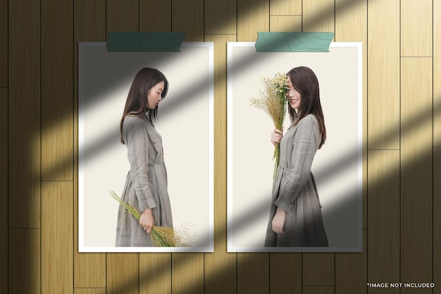 Maquete de foto com moldura de papel dupla vertical com sobreposição de sombra na janela e fundo de madeira