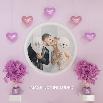 Maquete de foto de quadro de círculo branco na parede rosa com decoração em forma de coração de suspensão