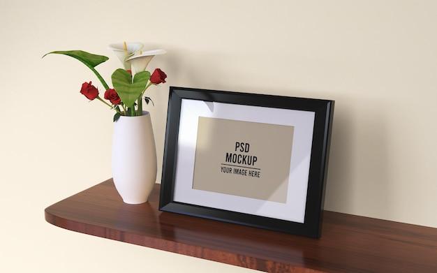 Maquete de foto em molduras em uma placa de madeira suspensa com vaso de flores