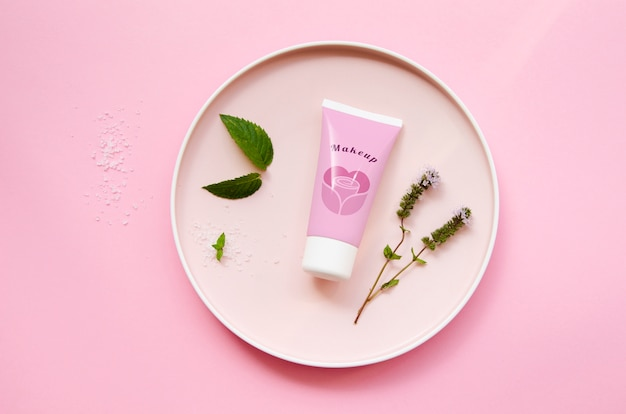 Maquete de frasco de creme em fundo rosa