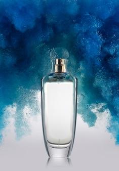 Maquete de frasco de perfume e fumaça azul