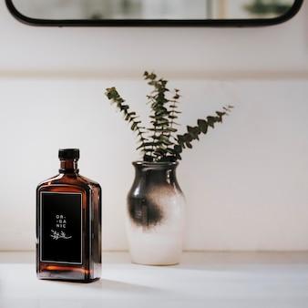 Maquete de frasco marrom líquido perto de um vaso