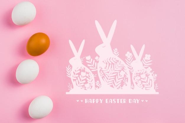 Maquete de fundo rosa com ovos de páscoa