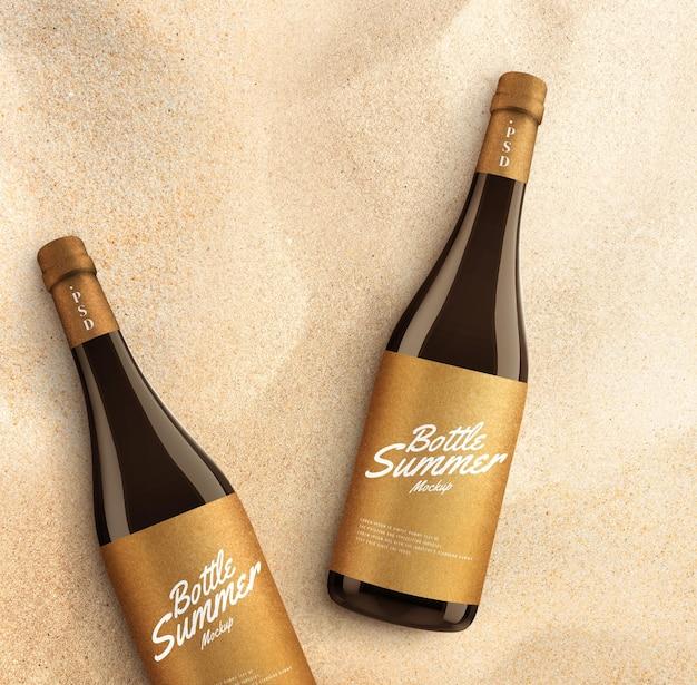 Maquete de garrafa de bebida na areia