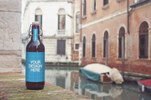 Maquete de garrafa de cerveja do canal