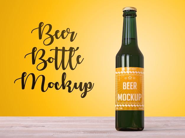 Maquete de garrafa de cerveja em cima da mesa