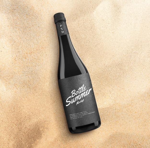 Maquete de garrafa de cerveja na praia