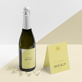 Maquete de garrafa de champanhe e cartão de pé