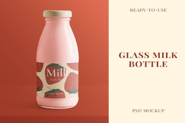 Maquete de garrafa de leite de vidro psd com embalagem de produto de rótulo