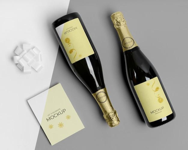 Maquete de garrafas de champanhe com convite