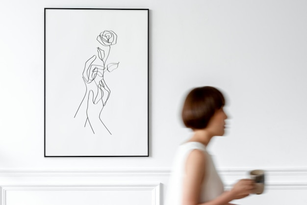 Maquete de imagem mínima psd com mulher segurando uma xícara de café