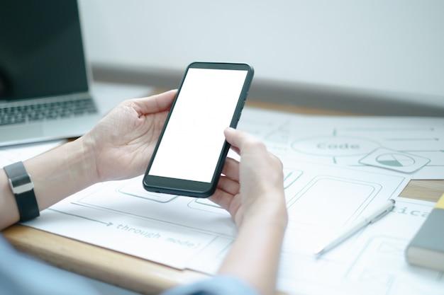 Maquete de interface gráfica de desenvolvimento de processo de aplicação de smartphone criativo de designer gráfico de ux para web telefone móvel