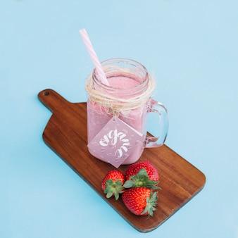 Maquete de jar com iogurte rosa e morangos