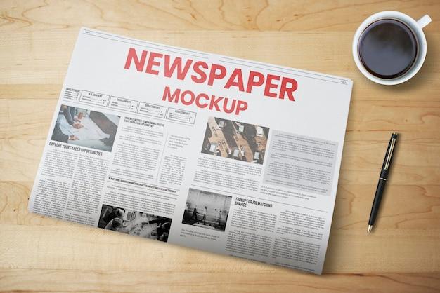Maquete de jornal psd em uma mesa de madeira