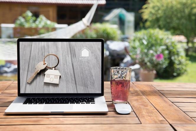 Maquete de laptop ao ar livre