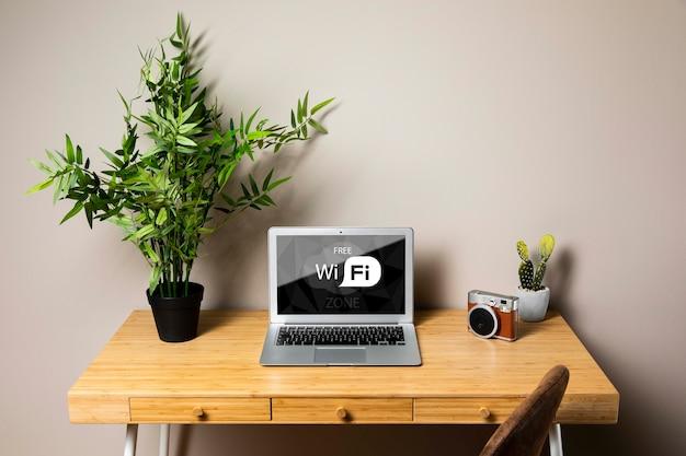 Maquete de laptop com conceito de wifi grátis
