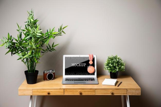Maquete de laptop com fones de ouvido e câmera