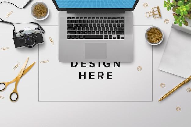 Maquete de laptop de mesa com laptop e câmera fotográfica