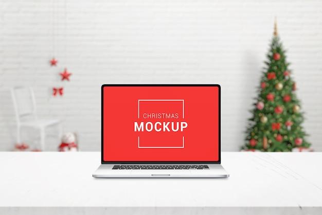 Maquete de laptop de natal na mesa de trabalho