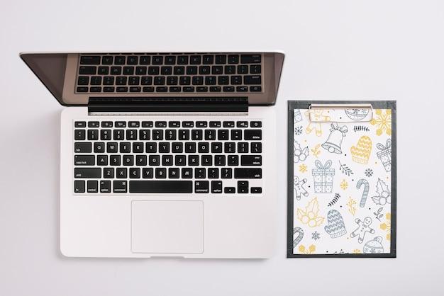 Maquete de laptop e prancheta com conceito de natal