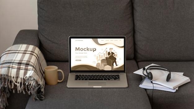 Maquete de laptop em sofá cinza