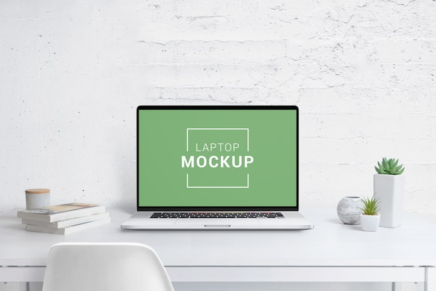 Maquete de laptop moderno na mesa do escritório