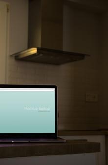 Maquete de laptop na cozinha