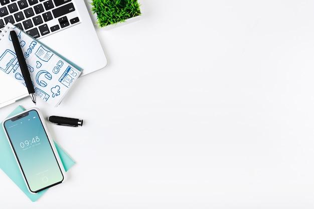 Maquete de laptop na mesa de escritório