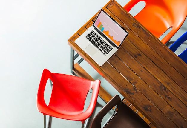Maquete de laptop na mesa de madeira