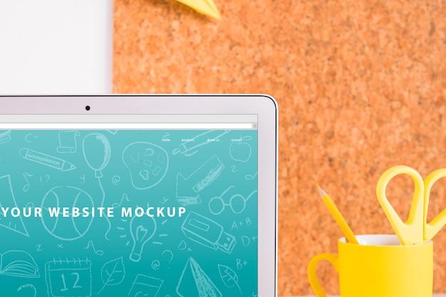 Maquete de laptop para apresentação do site com volta ao conceito de escola