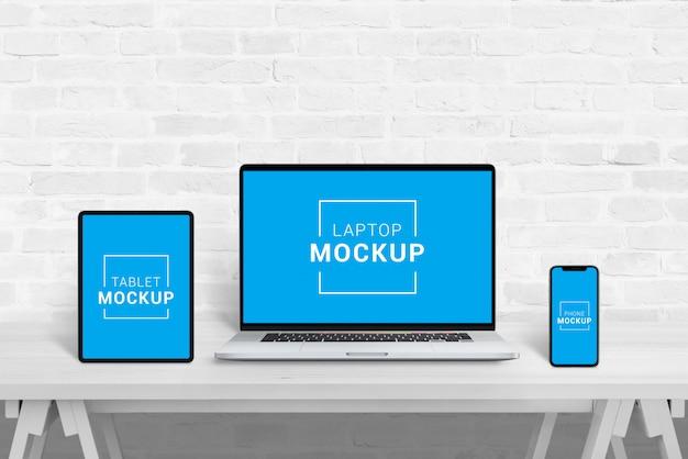 Maquete de laptop, tablet e telefone no escritório