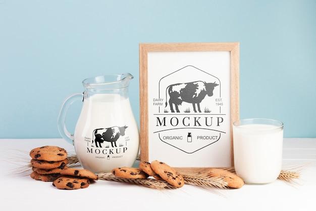 Maquete de laticínios com leite e biscoitos
