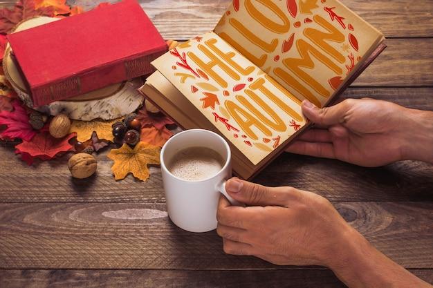 Maquete de livro aberto com conceito de outono
