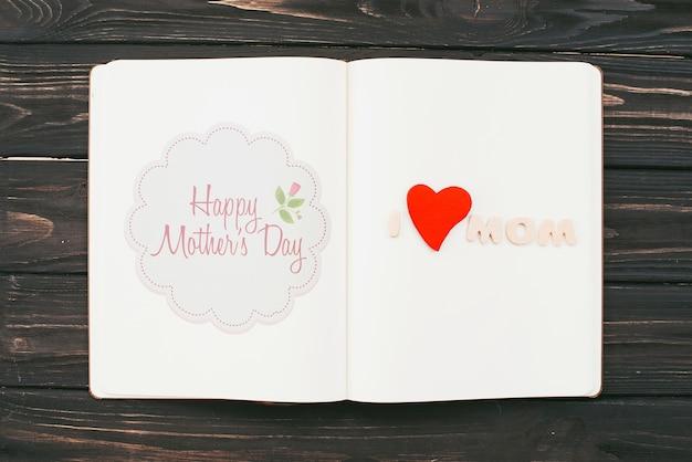 Maquete de livro aberto com o conceito de dia das mães