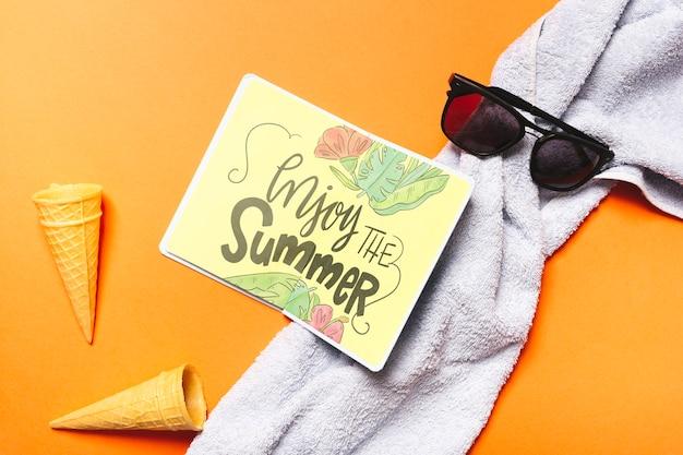 Maquete de livro aberto plana leigos com elementos de verão