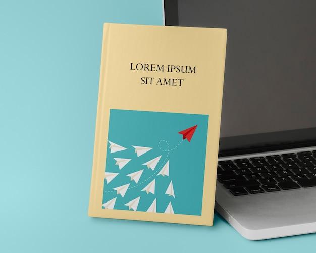 Maquete de livro com laptop