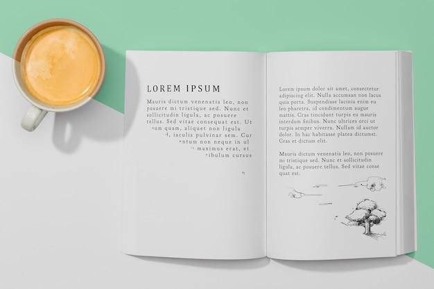 Maquete de livro com vista superior com café