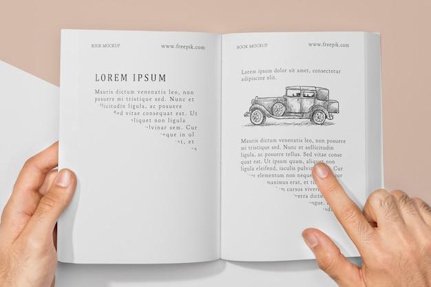 Maquete de livro com vista superior e ilustração de carro