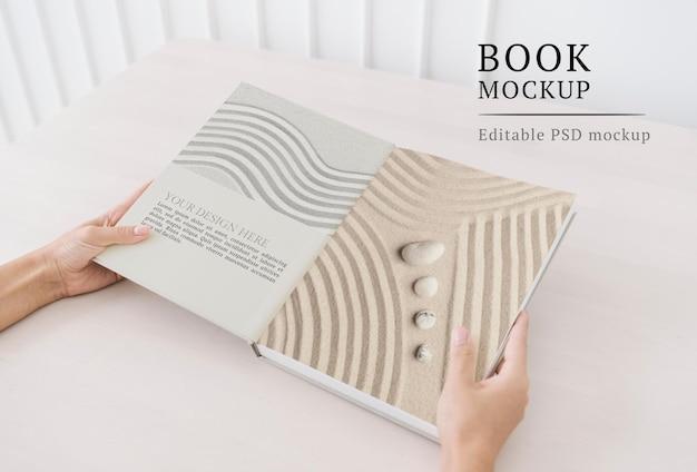 Maquete de livro de bem-estar psd com areia zen e pedras nas páginas