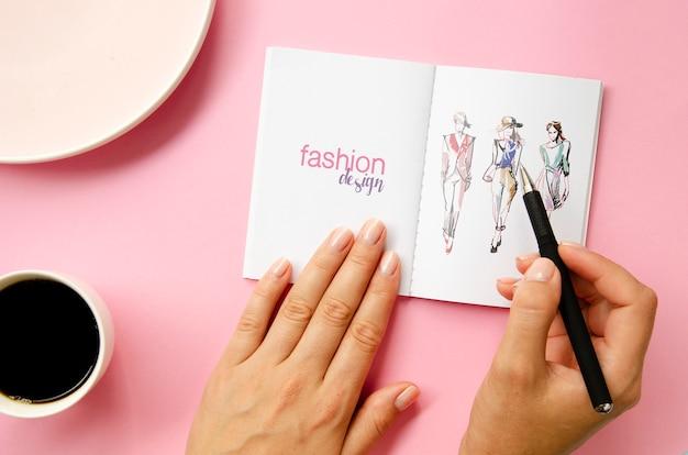 Maquete de livro de esboço em fundo rosa