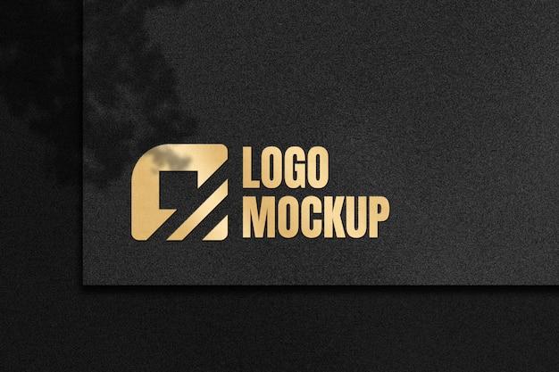Maquete de logotipo com efeito luxuoso de cor dourada